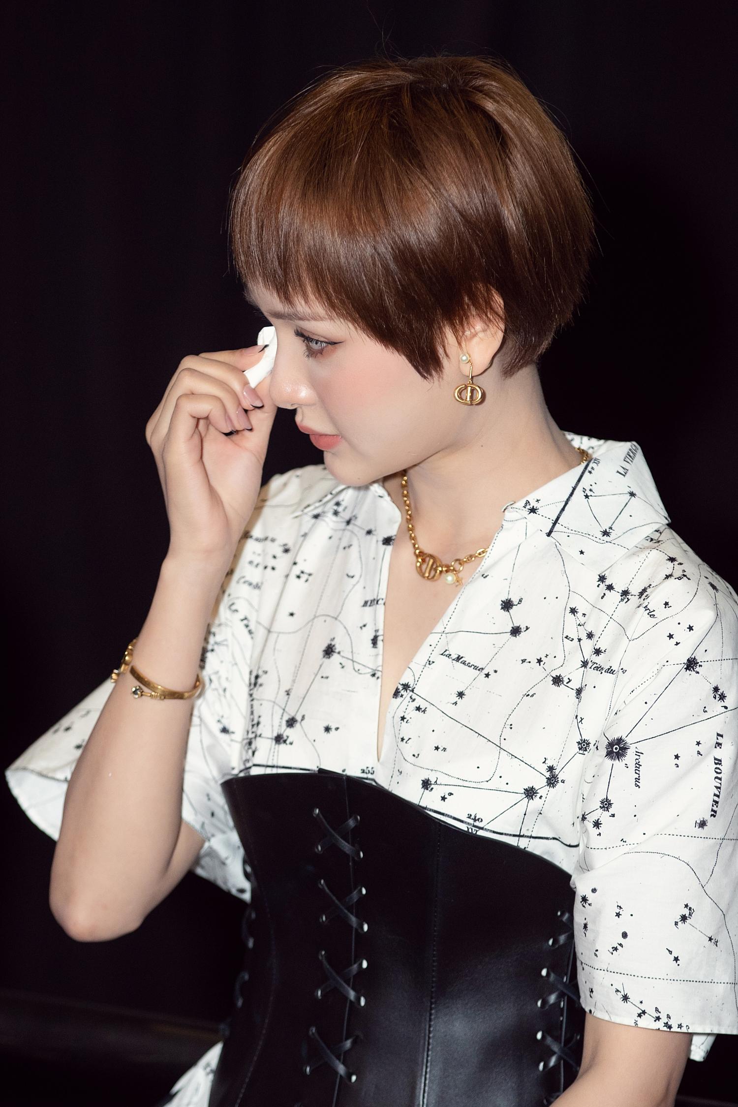 Hiền Hồ diện nguyên cây đồ hiệu, xúc động rơi nước mắt tại họp báo ra mắt sản phẩm mới