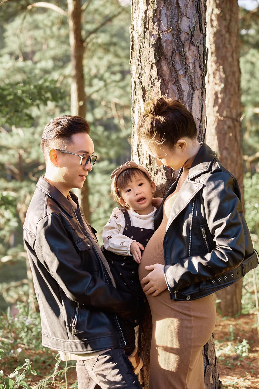 JustaTee thông báo bà xã Trâm Anh đang mang thai lần 2 kèm ảnh bụng bầu lớn vượt mặt