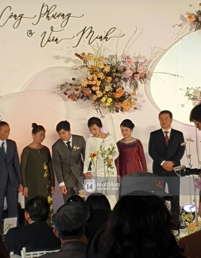 Đám cưới Công Phượng tại Nghệ An: Tân lang tân nương tiến vào lễ đường, cô dâu Viên Minh diện trang phục áo cưới đơn giản mà vẫn sang trọng