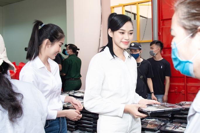 Trang Trần chỉ ra nguyên nhân khiến Đỗ Thị Hà bớt đẹp khi đi từ thiện ở quê nhà