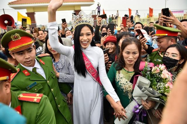 Đại diện Hoa hậu Đỗ Thị Hà phản hồi về ý kiến chỉ trích nàng Hoa hậu ăn mặc chưa phù hợp khi làm từ thiện