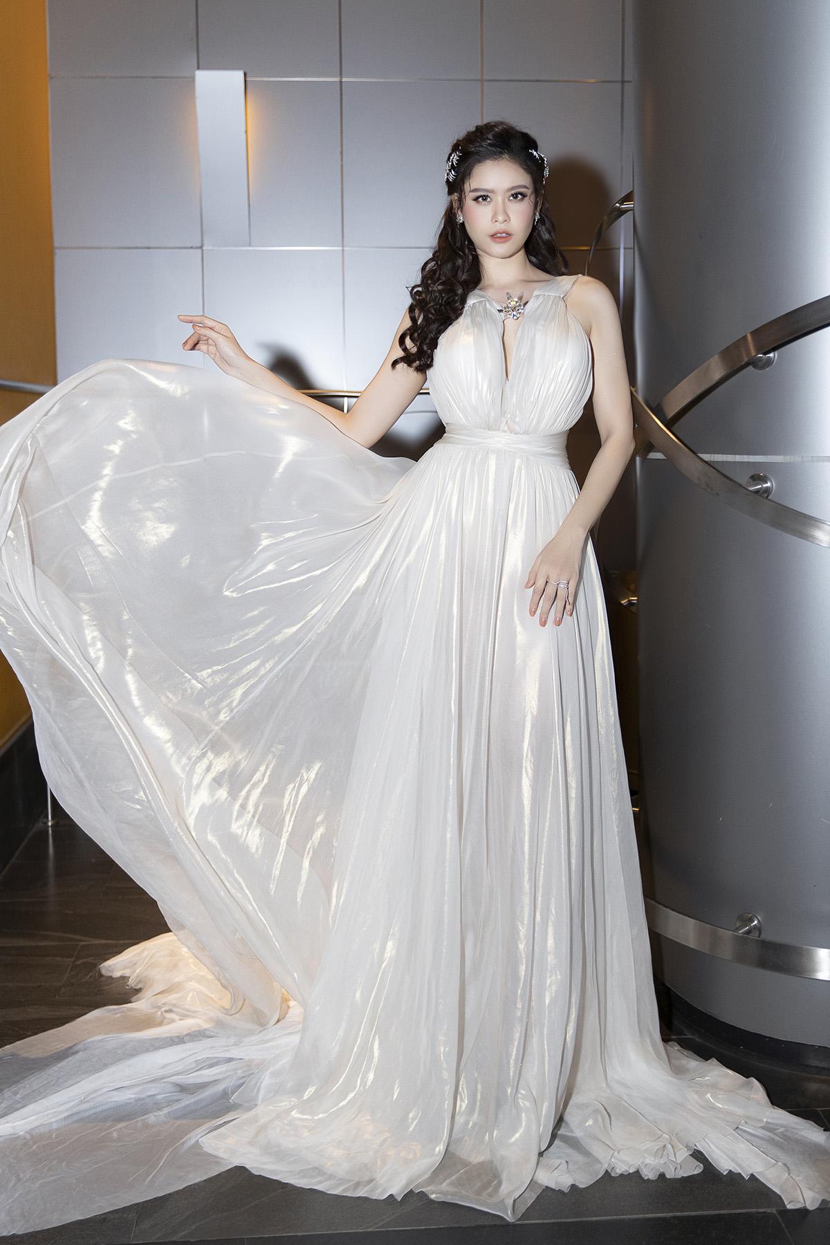 Trương Quỳnh Anh lạnh lùng, sexy, quyến rũ khi hoá nữ thần Hy Lạp trên thảm đỏ