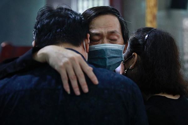 Con trai Hoài Linh thay cha viếng đám tang cố NS Chí Tài tại Mỹ