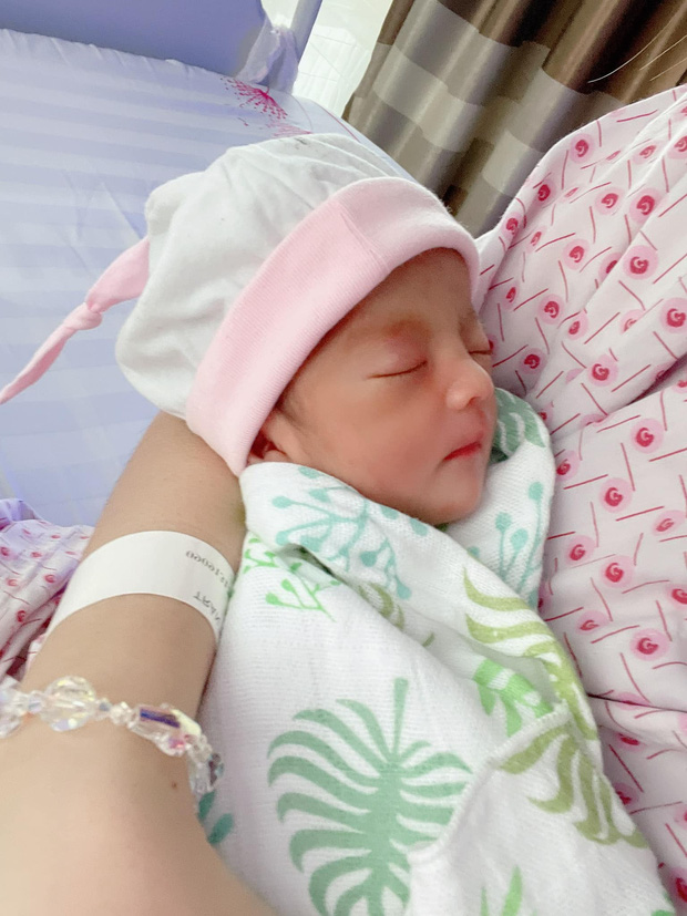 Mạc Văn Khoa công khai cận mặt con gái đầu lòng nặng 1,9kg vì sinh non, hé lộ tên thật của bé