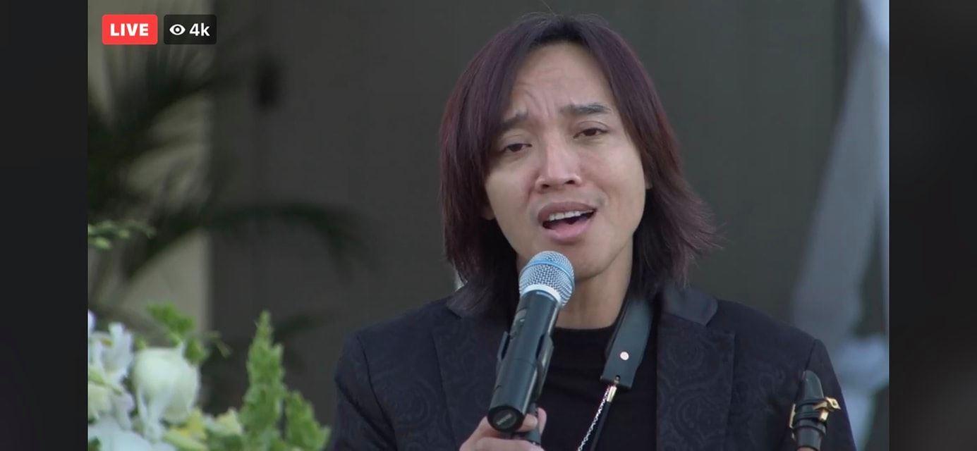 Việt Hương nghẹn ngào khi chồng và con gái thay cô đến viếng cố NS Chí Tài, khẳng định: Cả nhà em luôn bên chị cho anh yên lòng