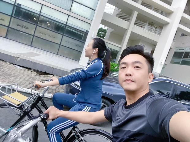 Cường Đô La - Đàm Thu Trang trốn con hẹn hò: Tưởng lãng mạn ai dè vợ đi ô tô chiếu đèn cho chồng... đạp xe