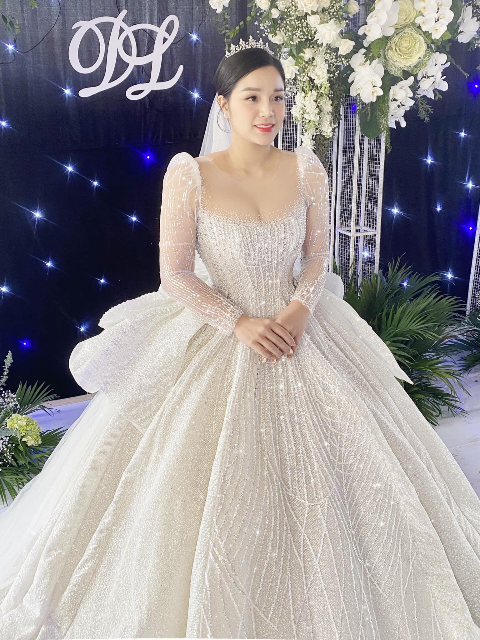 Bà xã Bùi Tiến Dũng đấu giá váy cưới làm từ thiện sau hôn lễ ở Hà Tĩnh
