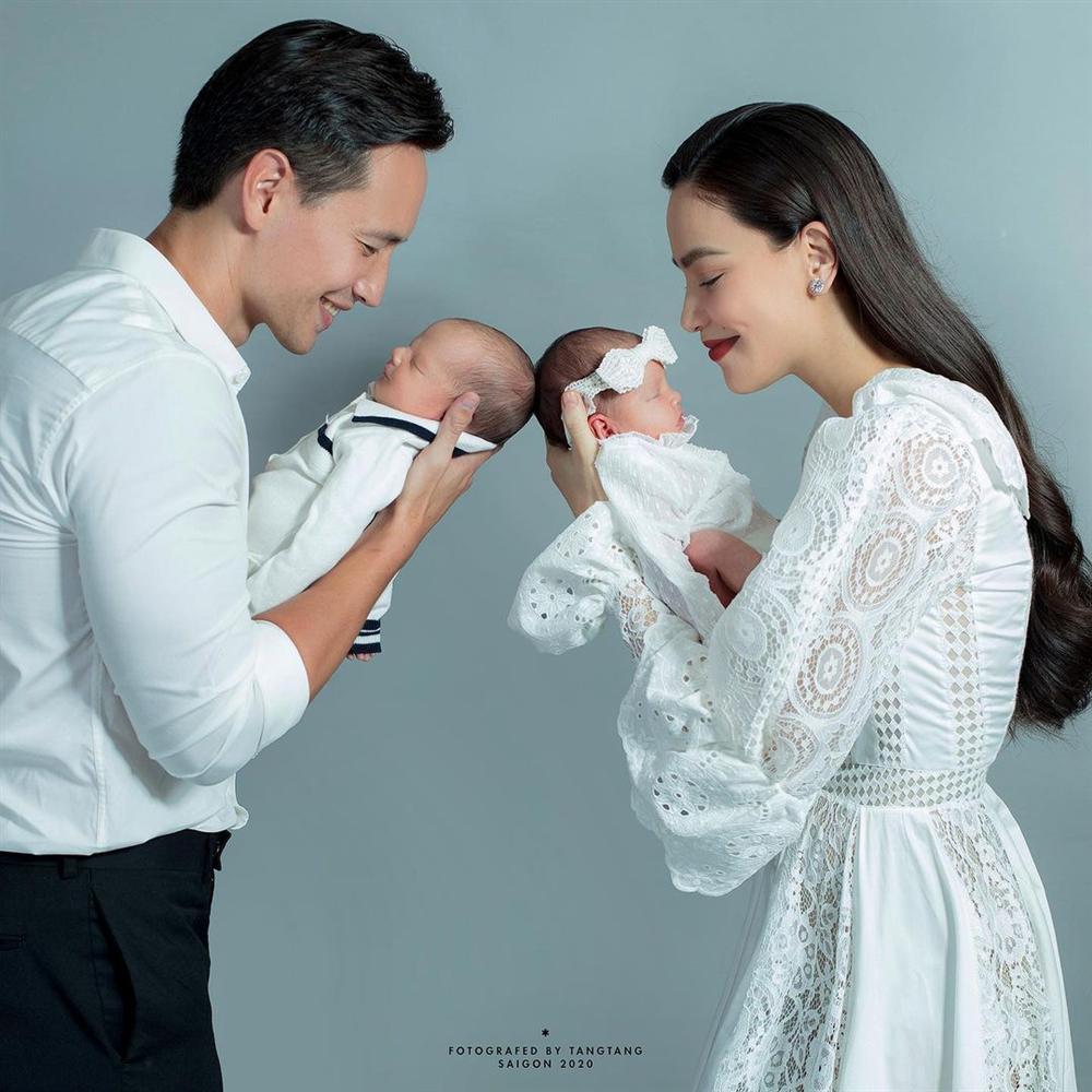Gia đình Hà Hồ - Kim Lý gây sốt với bức ảnh lần đầu du lịch 4 người, nhan sắc cả nhà gây chú ý