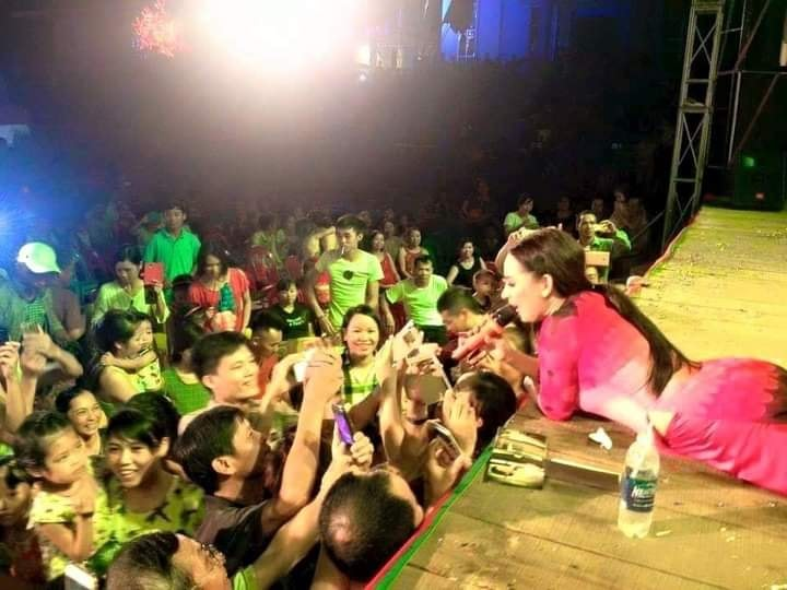 Chiều fan như Phi Nhung: Sẵn sàng nằm ra sàn sân khấu vừa hát vừa chụp ảnh