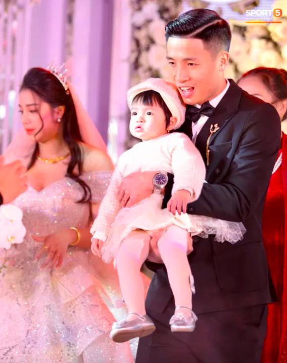 Đám cưới Bùi Tiến Dũng và Khánh Linh tại Bắc Ninh: không gian tiệc ngập tràn hoa hồng, cô dâu khoe vai trần gợi cảm giữa ngày miền Bắc rét đậm