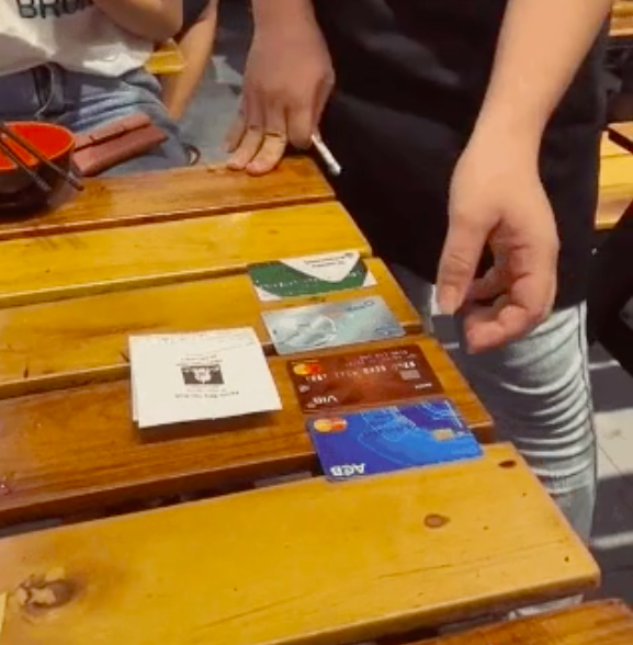 Ngọc Trinh đi ăn với hội bạn phải nhờ nhân viên rút thẻ ngẫu nhiên để tính bill