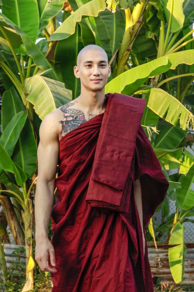 Chàng người mẫu Myanmar gây bão mạng xã hội với loạt ảnh nhà sư đẹp trai thần thái ngút trời