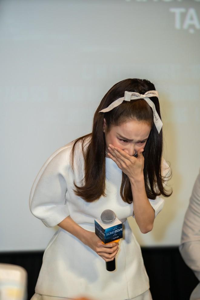 Nhã Phương khóc nức nở, ngại ngùng xin lỗi khi đến họp báo trễ hơn 2 tiếng