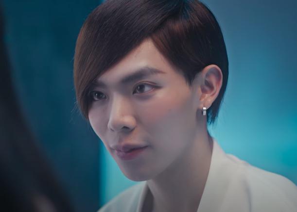 Erik khiến netizen bật cười khi để tóc tém, được nhận xét như em ruột Xa Thi Mạn