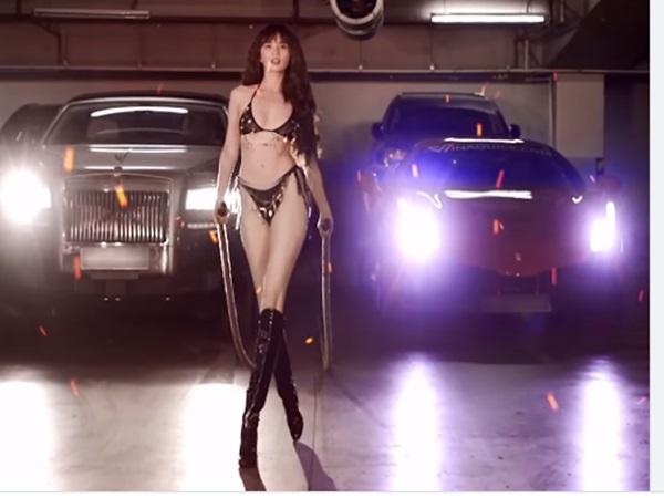 Tung ảnh mặc bikini lượn lờ khoe dáng gợi cảm, Ngọc Trinh bị soi kéo chân đến biến dạng