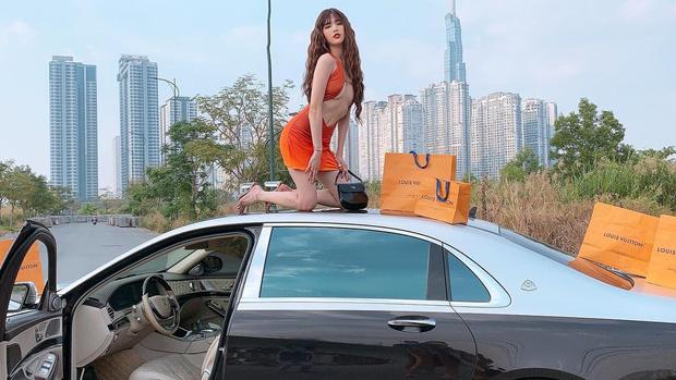 Ngọc Trinh leo lên nóc siêu xe rồi rải túi hiệu đầy đường nhưng sao lại dừng bên đống rác thế này?
