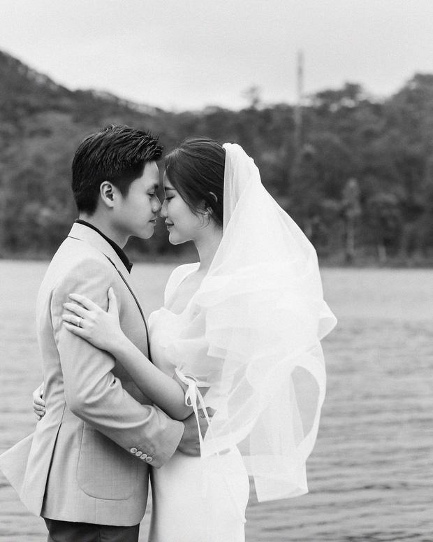 Tình cũ Midu - Phan Thành tự tay khoe thiệp mời và hé lộ ảnh cưới đẹp xỉu