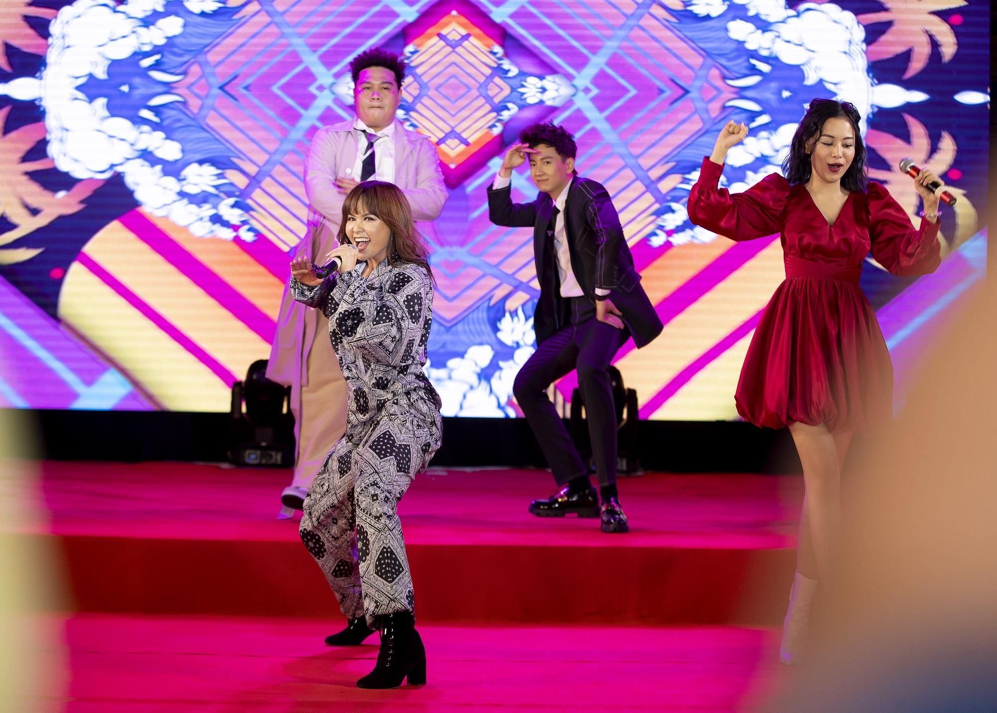 Ngô Kiến Huy - ca sĩ đầu tiên ra mắt MV hoành tráng tại trường đại học