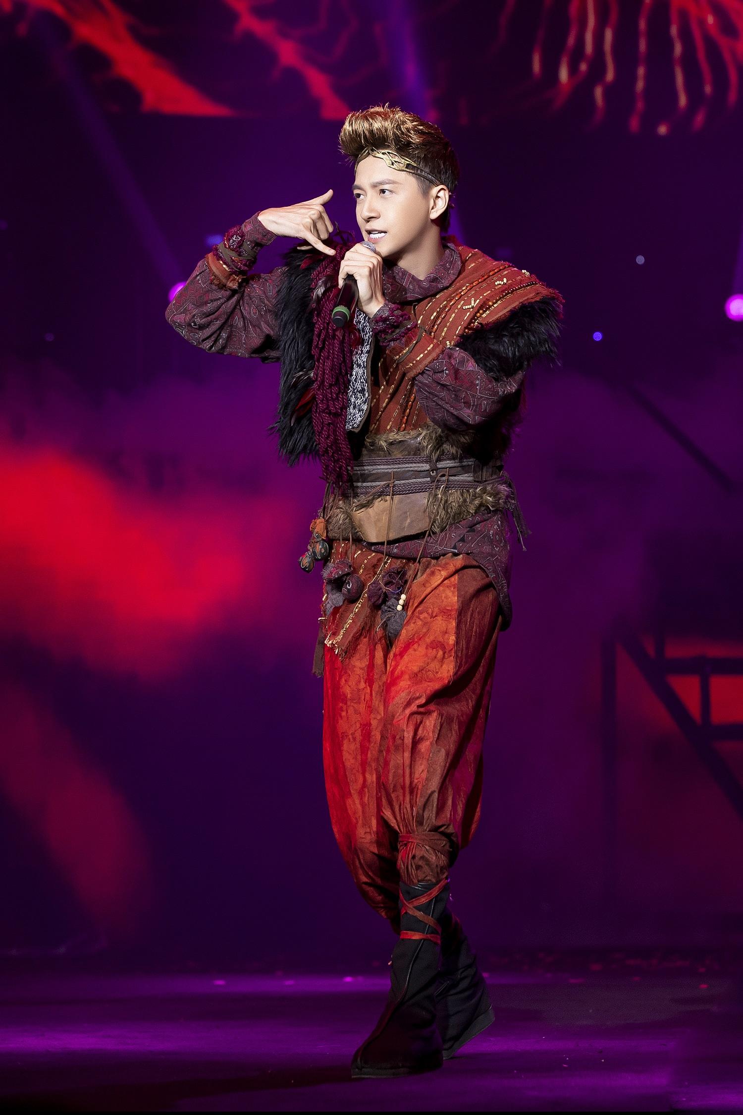 Ngô Kiến Huy hoá Tôn Ngộ Không, Yuno Bigboi hoá Trư Bát Giới quậy tưng bừng sân khấu V heartbeat