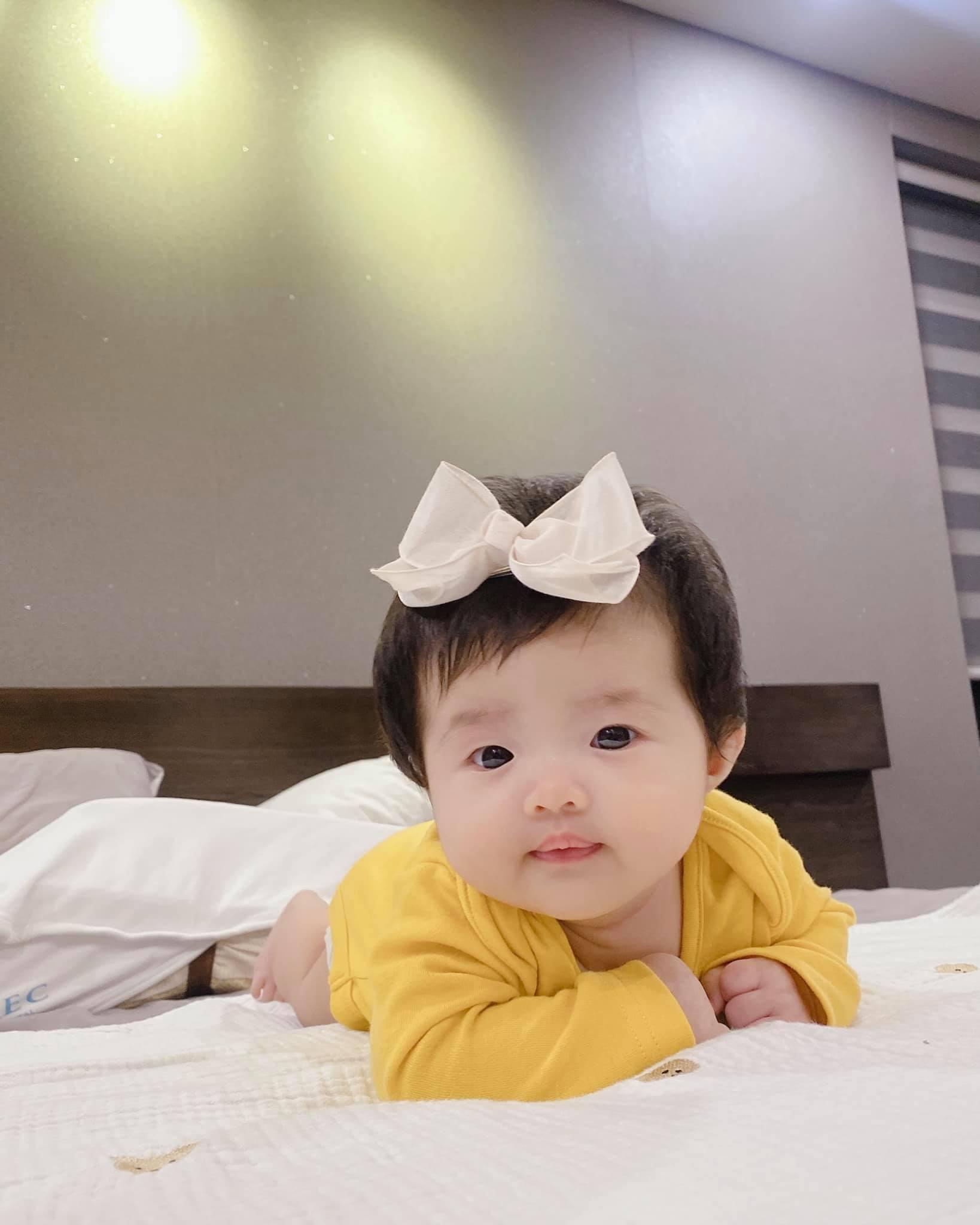 Con gái Đông Nhi lên bìa tạp chí cùng bố mẹ khi mới 3 tháng tuổi: Thế lực nhí của Vbiz đích thị là đây