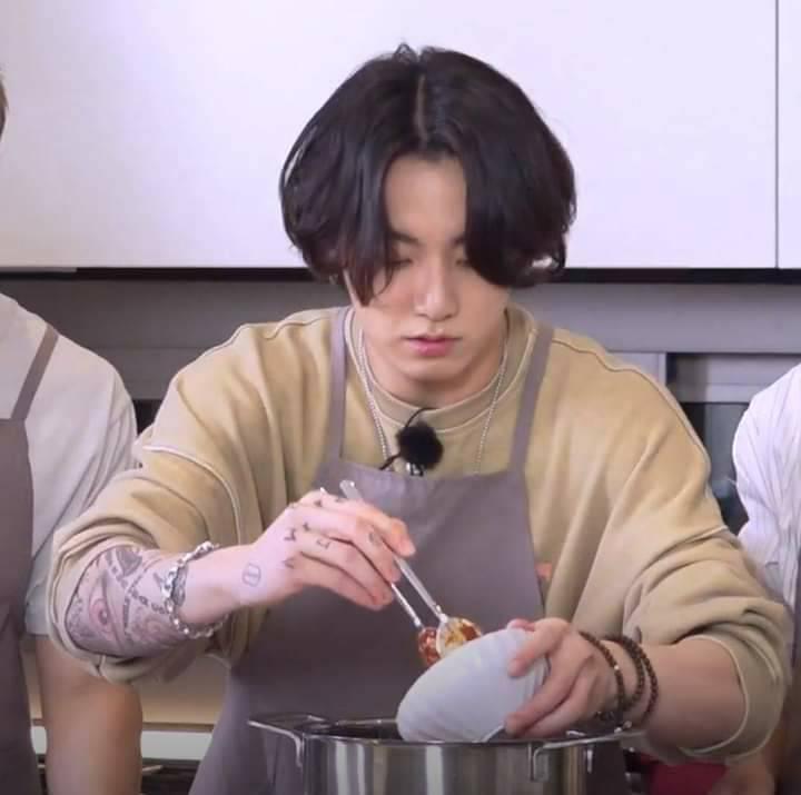Fan bất ngờ khi lần đầu Jungkook để lộ hình xăm, biết được ý nghĩa mới hiểu vì sao fan yêu quý anh chàng