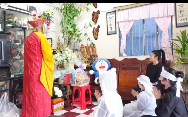 Cập nhật tang lễ cố NS Vân Quang Long tại Đồng Tháp: Con trai ôm chặt di ảnh bố, vợ hai Linh Lan không tham dự
