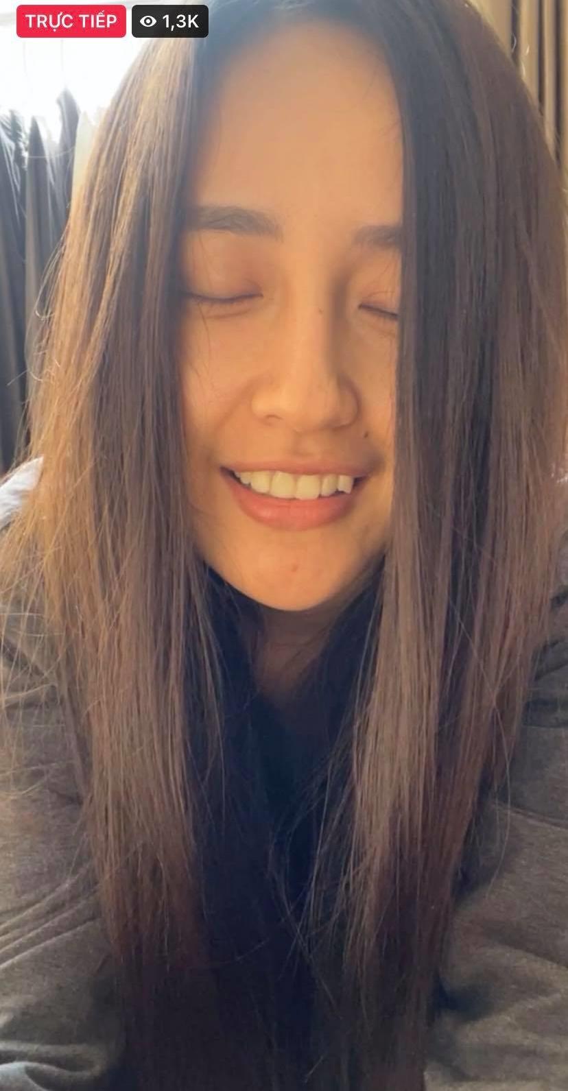 Hoa hậu Mai Phương Thúy livestream khi để mặt mộc kém sắc, quầng thâm mắt lộ rõ