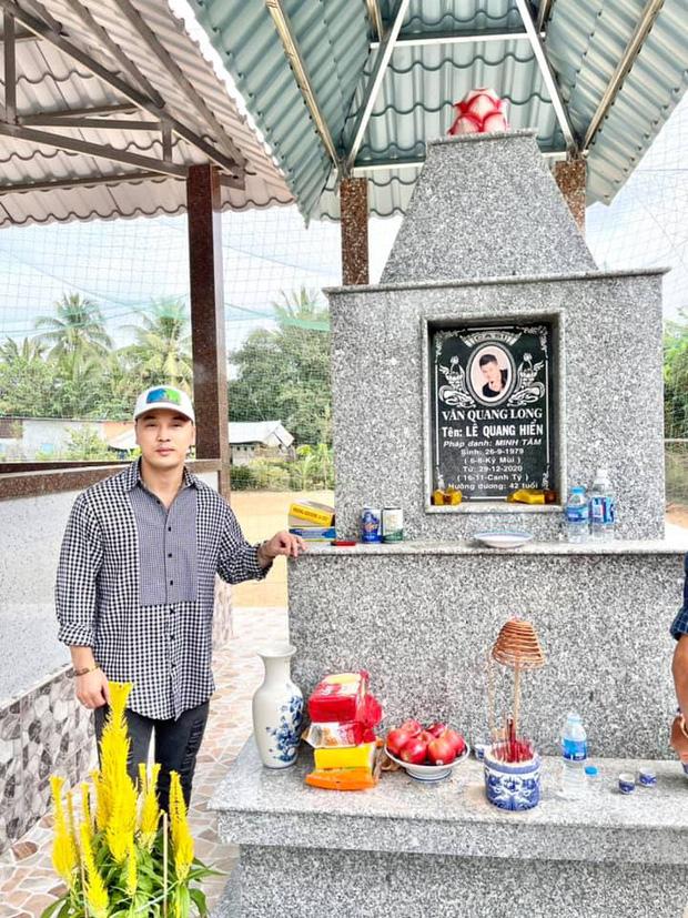 Ưng Hoàng Phúc đưa vợ đến viếng thăm mộ Vân Quang Long: Em về thăm ba mẹ và anh