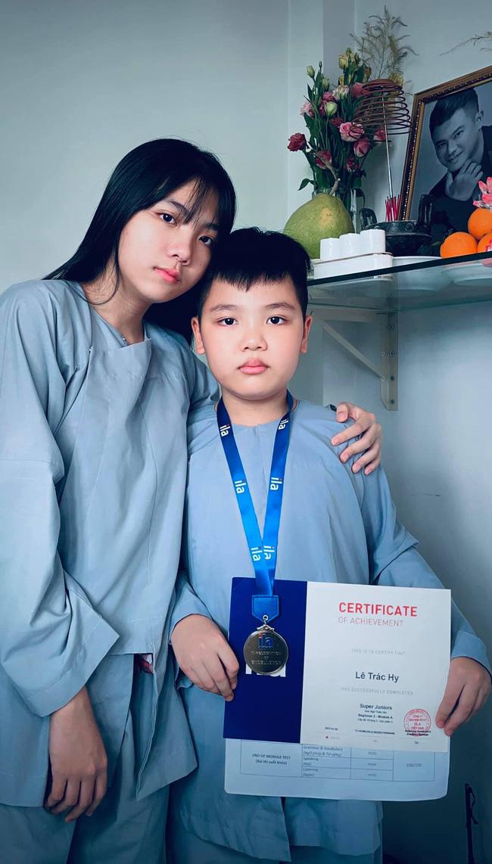 2 con của Vân Quang Long đạt kết quả học tập khủng, cầm giấy khen trước bàn thờ bố