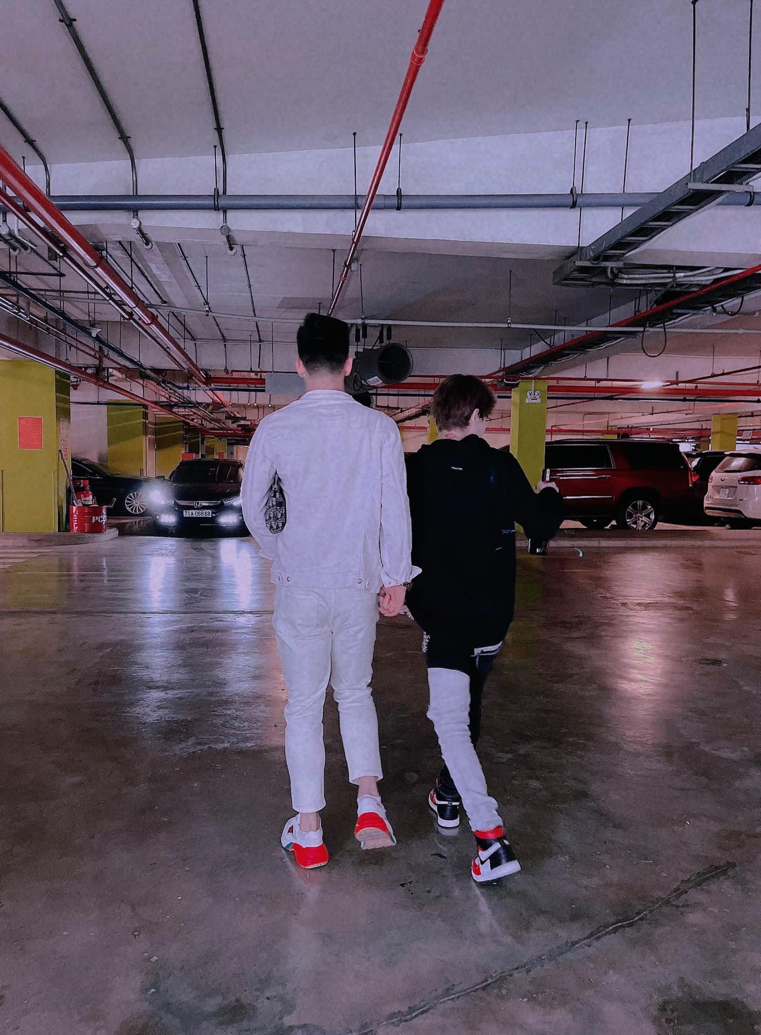 Jack đăng ảnh bên trai lạ ngày Valentine, netizen suýt rụng tim trước khoảnh khắc như đang nắm tay