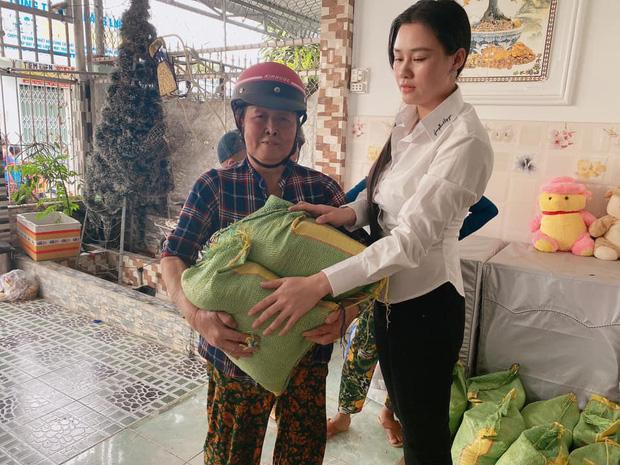 Vợ 2 Vân Quang Long tổ chức lễ cúng 49 ngày cho chồng, hình ảnh con thơ mặc áo tang bên mẹ khiến ai cũng xót xa