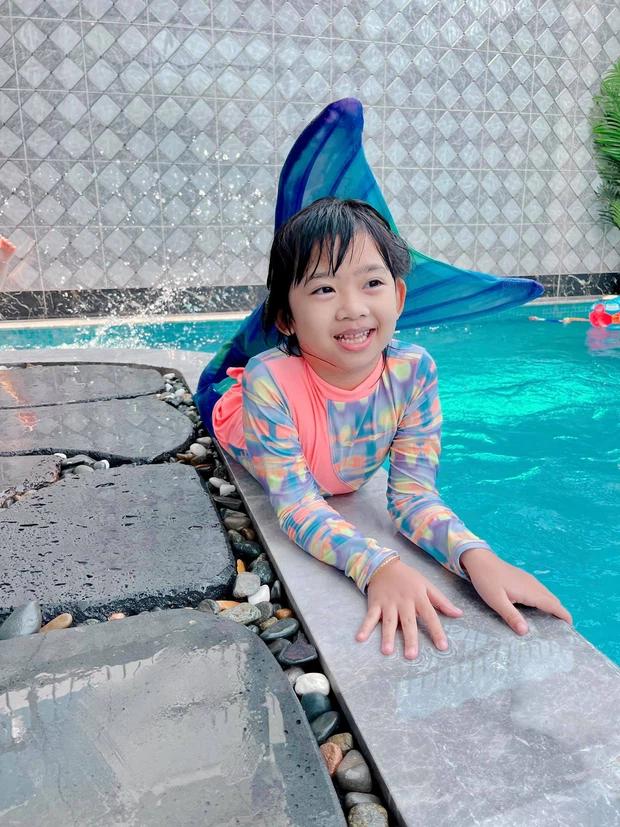 Con gái cố NS Mai Phương trong Tết đầu tiên vắng mẹ: Nở nụ cười hồn nhiên, vui vẻ bên gia đình Ốc Thanh Vân
