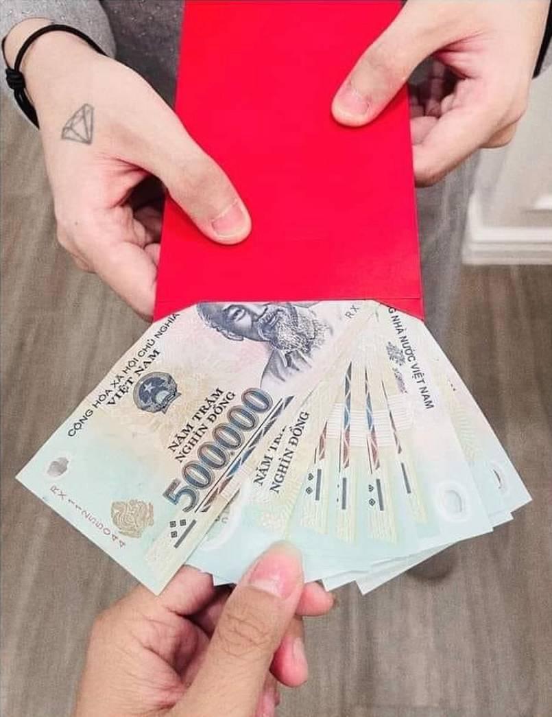 Sơn Tùng M-TP lì xì cho mỗi nhân viên 5 triệu đồng, netizen liền tò mò quà tặng cho Hải Tú