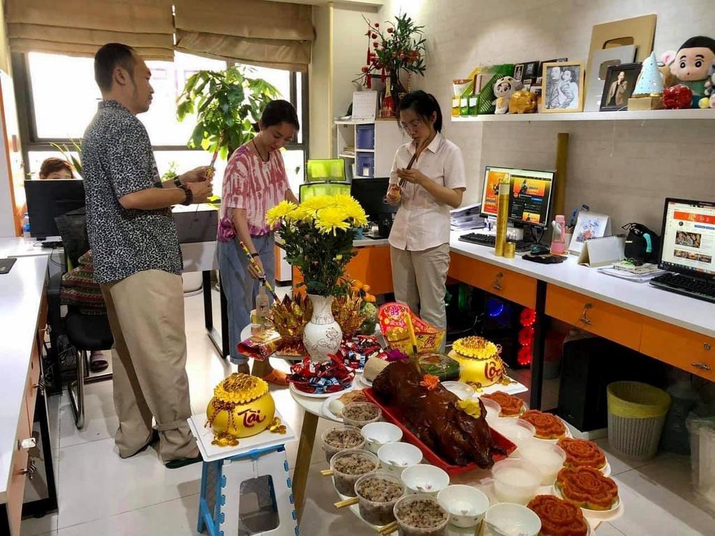 Sao Việt ngày vía Thần tài: Người rộn ràng khoe vàng, người tưng bừng khai trương