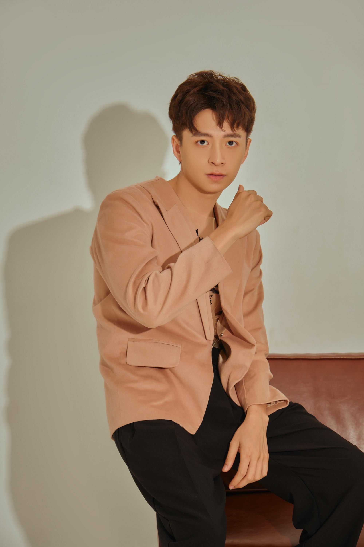 Ngô Kiến Huy tình tứ bên Trâm Ngô, lần đầu hát nhạc Vương Anh Tú trong MV mới