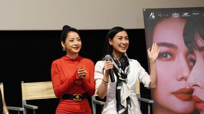 Netizen tranh cãi khoảnh khắc Chi Pu thiếu tôn trọng Kathy Uyên vì nhận mic bằng 1 tay
