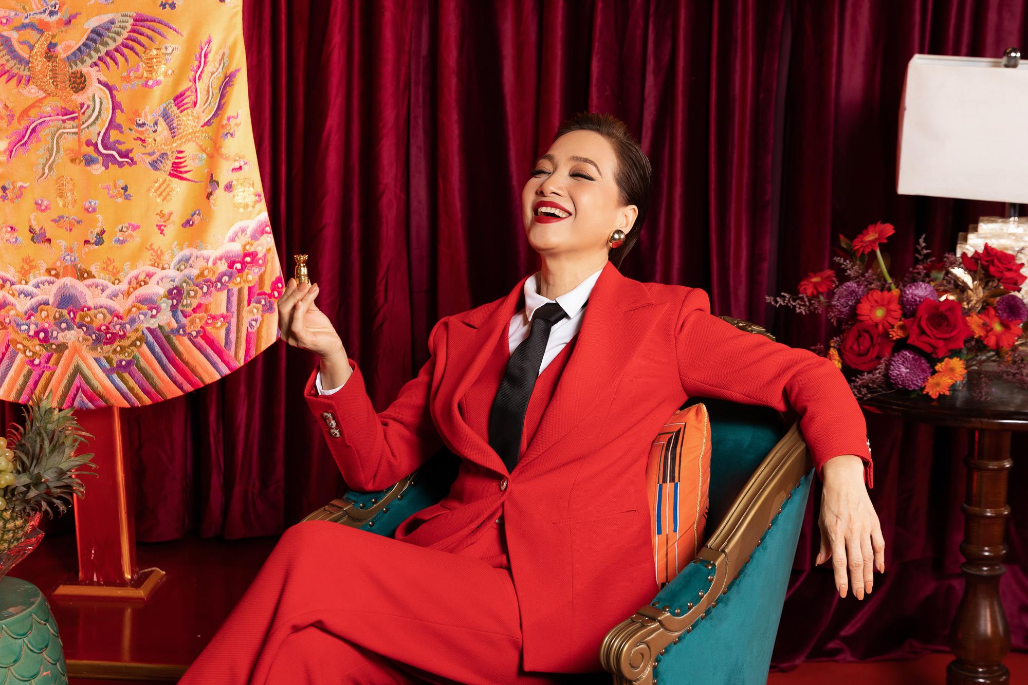 Dàn sao Gái già lắm chiêu V rạng rỡ trên thảm đỏ World Premiere