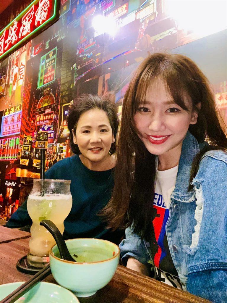 Hari Won đáp trả cực gắt khi mẹ ruột bị mỉa mai vì không nói rành tiếng Việt: Đừng đụng tới mẹ tôi