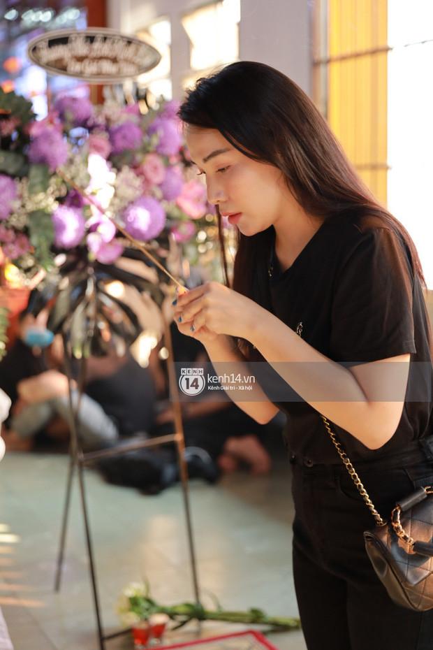 Dàn sao Vbiz tưởng niệm phù thuỷ make up Minh Lộc: Nhã Phương khóc nức nở, Minh Hằng - Lý Nhã Kỳ suy sụp tựa vào nhau