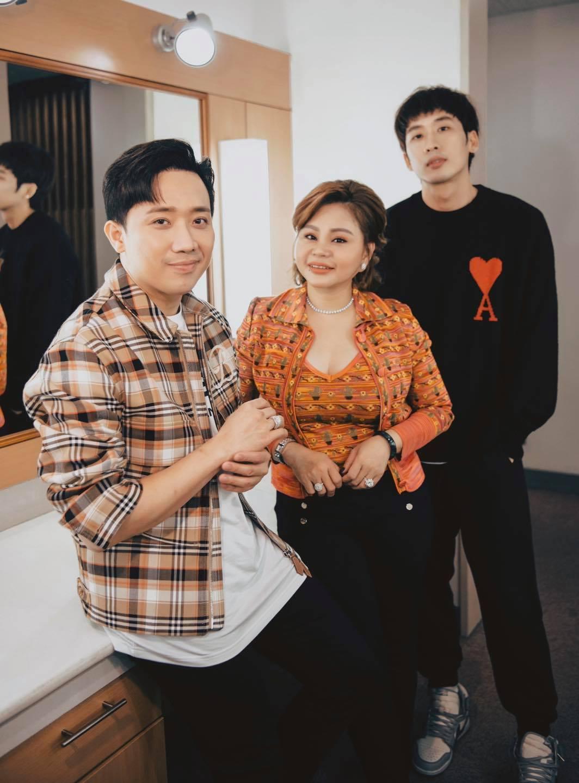 Tuấn Trần bị nghi nhìn trộm vòng 1 của Lê Giang, netizen liền réo gọi Trấn Thành