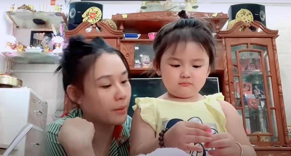 Linh Lan xuất hiện với đôi mắt sưng húp hậu lùm xùm, vẻ ngây thơ của con gái khiến nhiều người xót xa