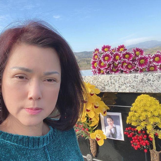Diễn viên Phi Phụng bật khóc, nói lời xin lỗi khi đến viếng 100 ngày mất NS Chí Tài