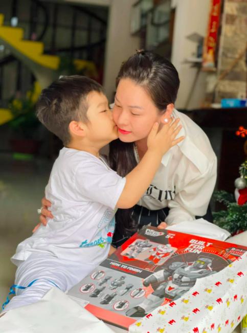 Nhật Kim Anh cuối cùng cũng được đoàn tụ với con trai sau hơn 2 năm đấu tranh, biểu cảm cậu bé giành cho mẹ gây xúc động mạnh