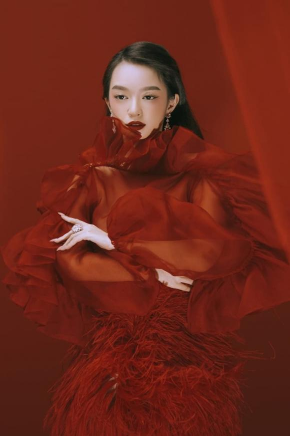 Vừa tung bộ ảnh mừng tuổi mới sexy rạng ngời, Kaity Nguyễn liền bị netizen tố đạo nhái ý tưởng