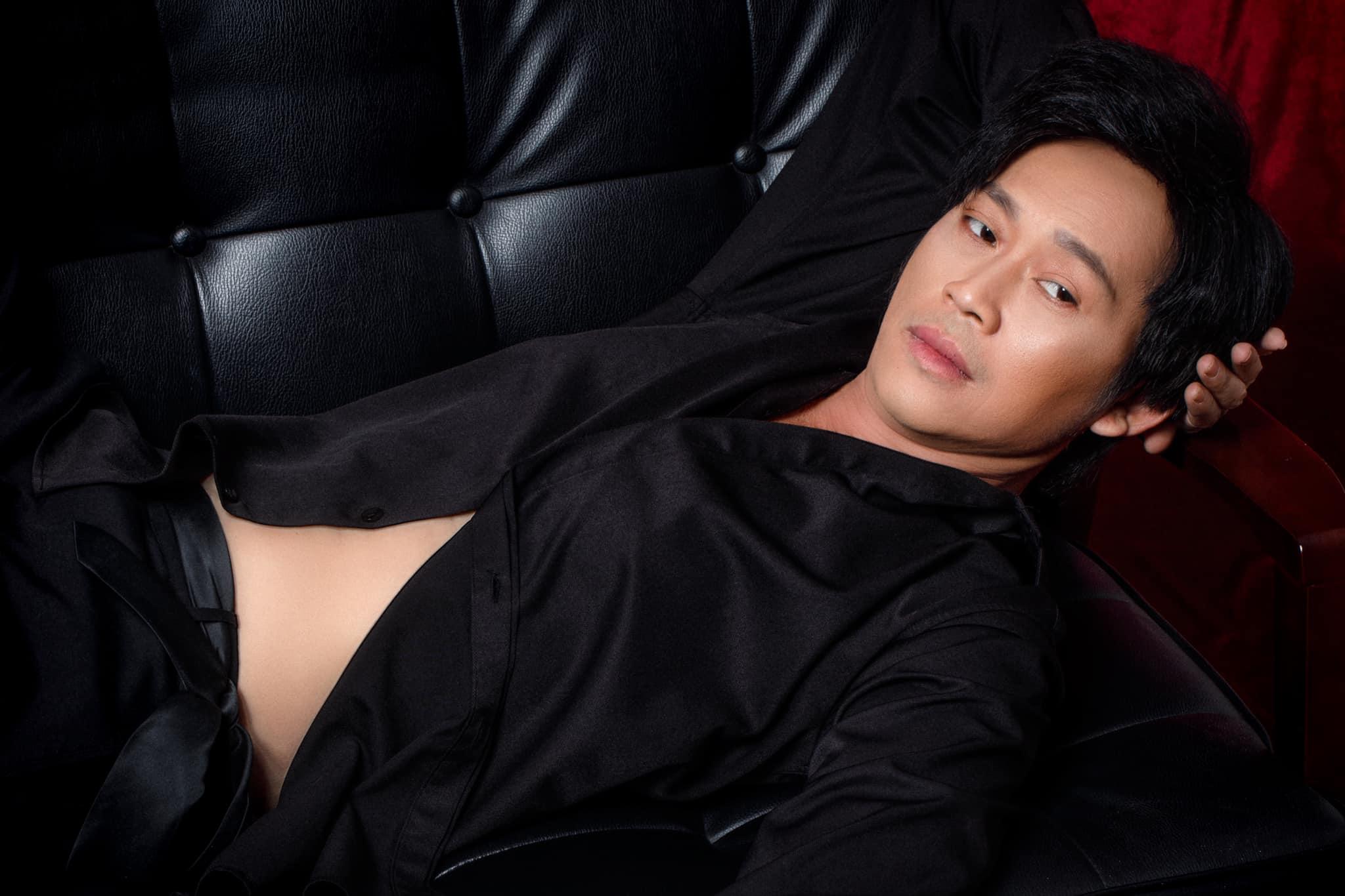 NS Hoài Linh chơi lớn kéo áo khoe cơ bụng khiến cả dàn sao Vbiz dậy sóng