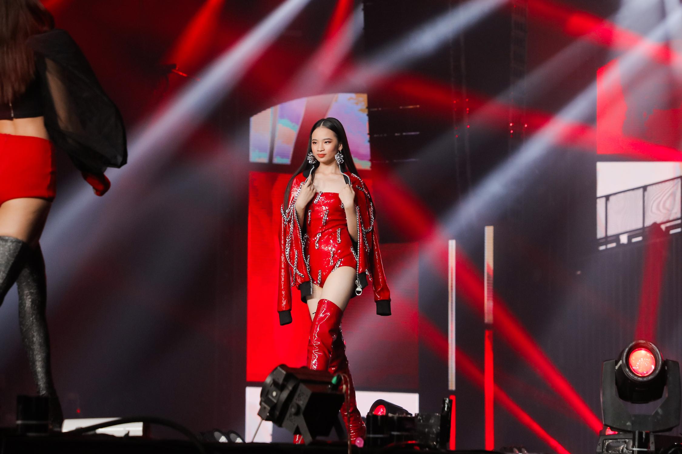 Bảo Hà thần thái cực ngầu sánh bước cùng Minh Tú, Tiểu Vy, Kiều Loan trên sân khấu Rap Việt
