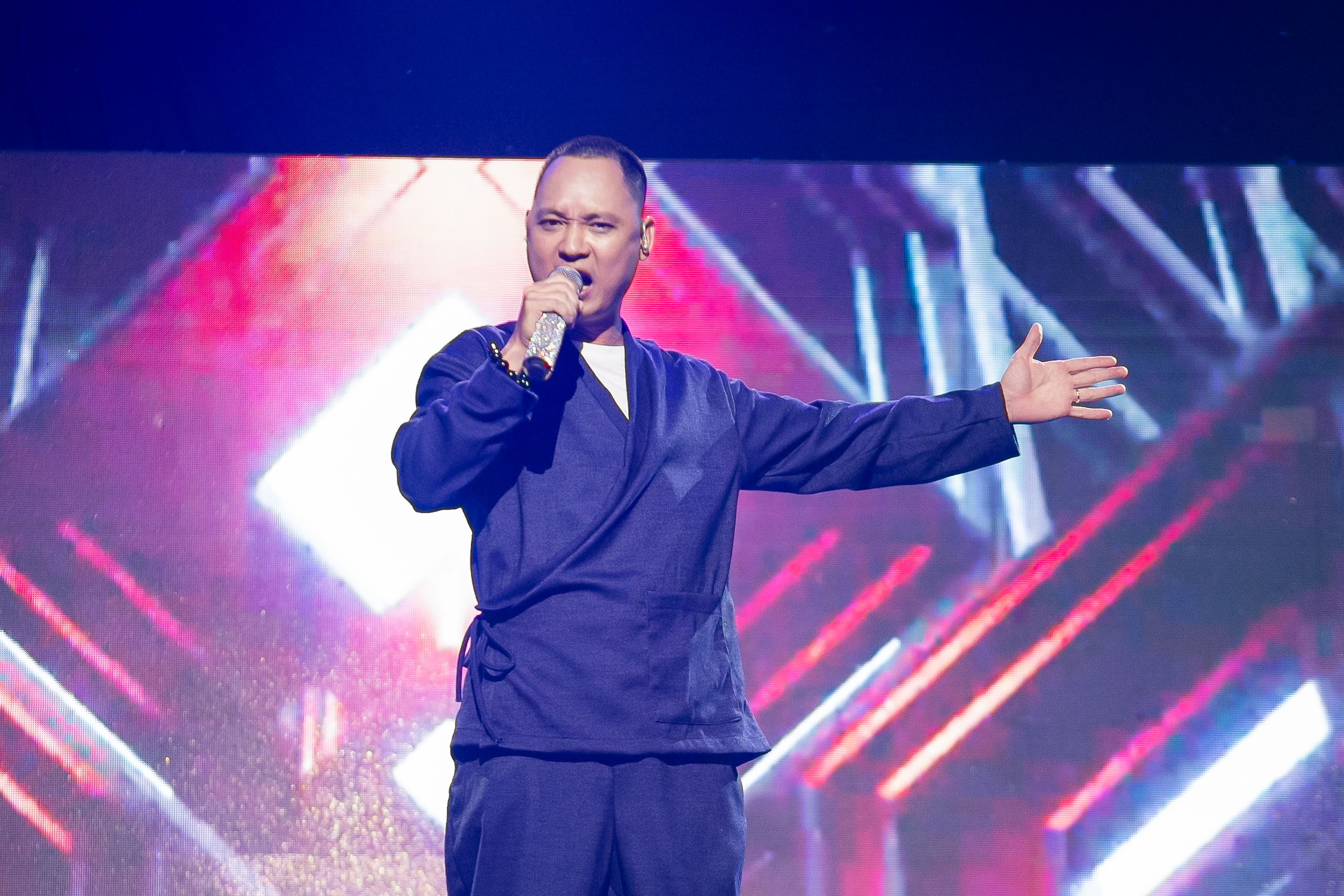 """Erik tham gia The Heroes để phủ nhận mình chỉ hát được ballad, mang con beat """"cực cháy"""" lên sân khấu"""