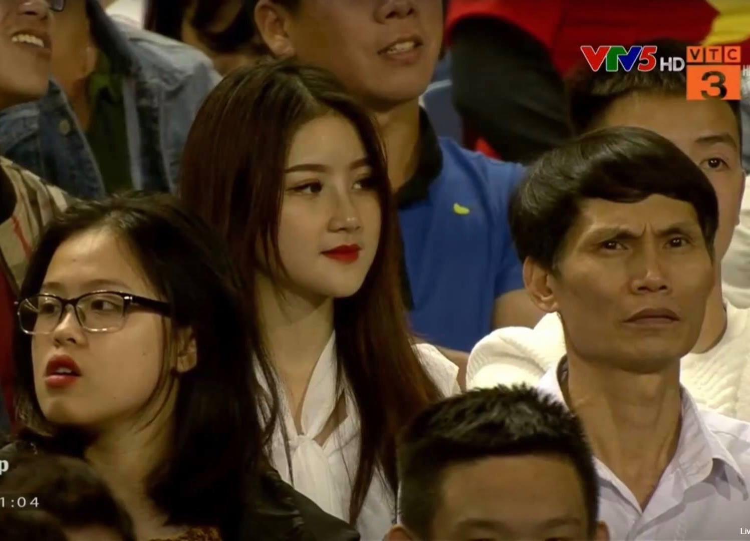 Chân dung  nữ CĐV xinh đẹp chiếm spotlight trận U23 Việt Nam hạ gục Thái Lan đêm qua