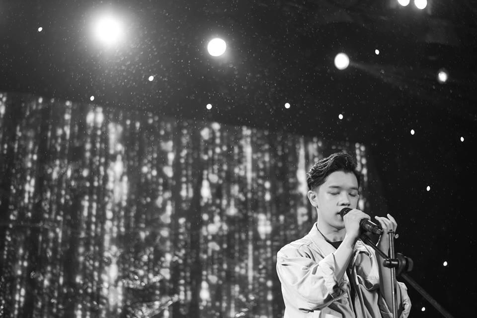 Nam sinh biểu diễn Một đêm say hay đến nỗi khán giả vẫy lightstick và hát theo như thể concert của idol