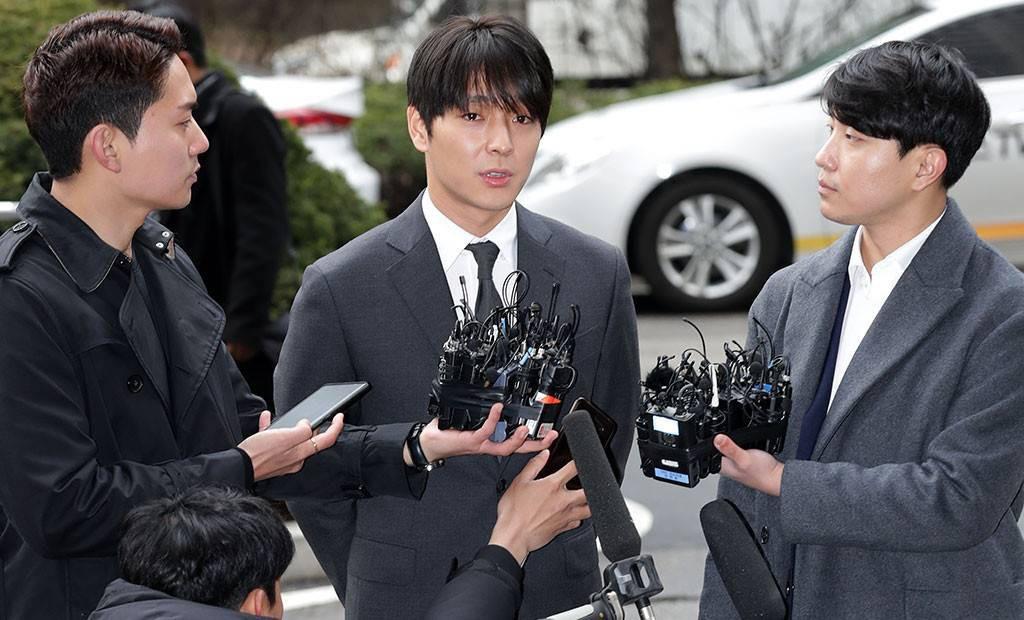 Tin nóng dồn đập: Choi Jong Hoon cuối cùng đã nhận tội, hôn thê tài phiệt của Yoochun bị bắt và trói tay giải về đồn